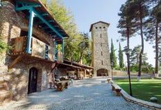 Traditionelle georgische Architektur mit Ziegelsteinturm, ländlichem Haus und Park Lizenzfreies Stockbild