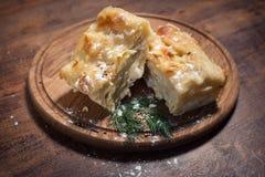 Traditionelle georgische Käse achma Torte; Lizenzfreies Stockbild