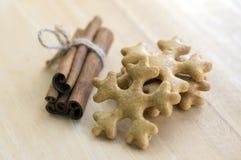 Traditionelle geschmackvolle tschechische Lebkuchen, frischer Zimt gebunden mit Jutefaserseil, Weihnachtsschneeflocken und Gewürz Stockfotografie