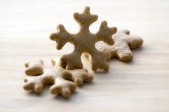 Traditionelle geschmackvolle tschechische Lebkuchen, Weihnachtsschneeflocken auf Holztisch Lizenzfreies Stockbild