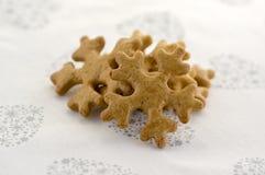 Traditionelle geschmackvolle tschechische Lebkuchen, Weihnachtsschneeflocken auf weißer Tischdecke mit Herzen und Sterne Lizenzfreie Stockfotos