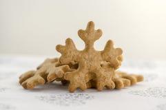 Traditionelle geschmackvolle tschechische Lebkuchen, Weihnachtsschneeflocken auf weißer Tischdecke mit Herzen und Sterne Lizenzfreies Stockbild