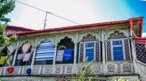 Traditionelle geschnitzte Balkone und buntes hölzernes hous in der alten Stadt von Tiflis, Georgia lizenzfreie stockbilder