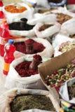 Traditionelle Gewürze und Kräuter kaufen in der Straße von Lahic, Aserbaidschan Stockfotos