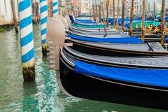 Traditionelle Gondeln am Kanal groß in Venedig Stockfoto