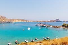 Traditionelle griechische Boote an der schönen Lagune nahe Lindos-Stadt auf Rhodos-Insel, Griechenland Lizenzfreies Stockfoto