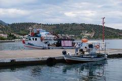 Traditionelle griechische Fischerboote im kleinen Dorf-Hafen, Griechenland Lizenzfreies Stockfoto