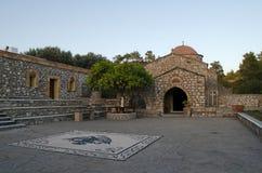 Traditionelle griechische Kirche gemacht vom Stein, mit rotem Dach lizenzfreies stockbild