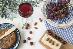 Traditionelle griechische Nahrung, Imbiss, Ebene legen mit Feigenbrot, Rotwein, Trauben stockfotografie