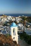 Traditionelle griechische Stadt auf Hügel Lizenzfreie Stockfotos