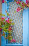 Traditionelle griechische Tür mit einem Bouganvilla blüht Lizenzfreie Stockfotos