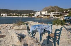 Traditionelle griechische Taverne durch das Meer Lizenzfreies Stockbild