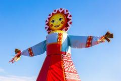 Traditionelle große Puppe für den Burning auf dem Hintergrund des blauen Himmels Lizenzfreie Stockbilder