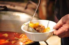 Traditionelle Gulaschsuppe kocht im Großen Kessel stockbild