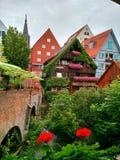 Traditionelle Häuser entlang den Kanalufern, Ulm, Deutschland stockfotos