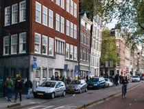 Traditionelle Häuser kippten in verschiedene Richtungen in Amsterdam Lizenzfreie Stockbilder