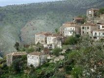 Traditionelle Häuser an Qeparo-Dorf, Albaner Riviera Lizenzfreies Stockfoto