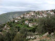 Traditionelle Häuser an Qeparo-Dorf, Albaner Riviera Lizenzfreies Stockbild