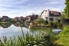 Traditionelle Häuser um einen Teich in den Niederlanden lizenzfreies stockbild