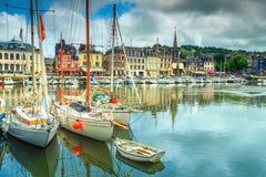 Traditionelle Häuser und Boote im alten Hafen, Honfleur, Frankreich lizenzfreie stockfotos