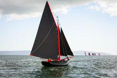 Traditionelle hölzerne Boote mit rotem Segel Stockfoto