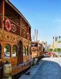 Traditionelle hölzerne Dhows werden auf den Banken von The Creek in Dubai festgemacht lizenzfreie stockbilder