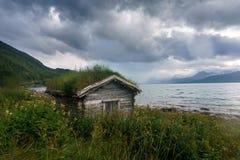 Traditionelle hölzerne Hütte mit Grasdach, Norwegen Stockbild