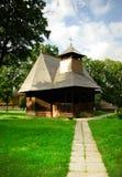 Traditionelle hölzerne Kirche in Rumänien. Stockbilder