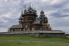 Traditionelle hölzerne russische Kirche Lizenzfreies Stockfoto
