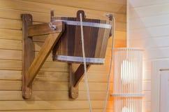 Traditionelle hölzerne Sauna für Entspannung mit Eimer Wasser Innenraum- und Saunazubehör Stockbild