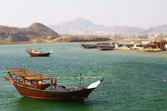 Traditionelle hölzerne Schiffe im Hafen von Sur, Sultanat von Oman Lizenzfreie Stockbilder