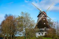 Traditionelle hölzerne Windmühle in einem üppigen Garten Stockbild