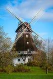 Traditionelle hölzerne Windmühle in einem üppigen Garten Stockfotos