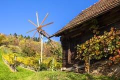 Traditionelle Hütte und Klapotetz-Windmühle auf Weinberg auf Schilcher Stockfoto