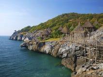 Traditionelle Hütten auf der Inselklippe Lizenzfreies Stockbild