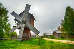Traditionelle hölzerne Windmühle Stockfotos