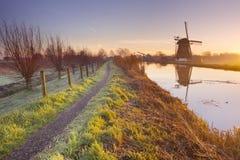 Traditionelle holländische Windmühle in den Niederlanden Stockbilder