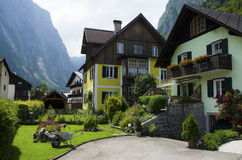 Traditionelle Holzhäuser Colorfull in Hallstatt stockbild
