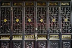 Traditionelle Holztür der chinesischen Art lizenzfreies stockbild
