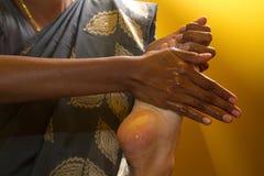 Traditionelle indische ayurvedic Schmierölfußmassage Lizenzfreie Stockbilder