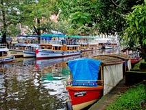 Traditionelle indische Boote in Alleppey Lizenzfreie Stockfotos