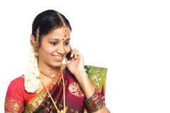 Traditionelle indische Frau, die Telefon verwendet Lizenzfreies Stockbild