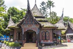 Traditionelle indonesische Häuser in Taman Mini Park Stockfotos
