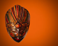 Traditionelle indonesische Maske in Bali-Zauntritt auf rotem Hintergrund Lizenzfreies Stockfoto