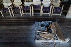 Traditionelle Innenkamin- und Bambusstühle im herein ländlichen Gebiet stockfotografie