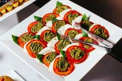 Traditionelle italienische caprese, geschnittene Tomaten mit Pesto und Käse Stockfoto