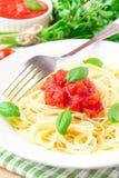 Traditionelle italienische geschmackvolle Mahlzeitteigwaren mit Tomatensauce und Basilikum Stockfotografie