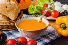 Traditionelle italienische Kürbissuppe, selbst gemacht mit Brot und Antipasti stockfotos