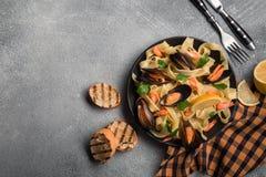 Traditionelle italienische Meeresfrüchteteigwaren mit Muscheln Spaghettis alle Vongole auf Steinhintergrund stockbild