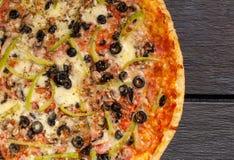 Traditionelle italienische Pizza mit Käse, Oliven und des Schinkens Ba frisch Lizenzfreie Stockbilder